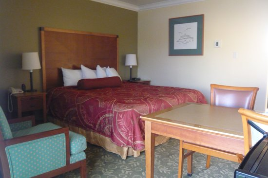 Aloha Inn: King bedroom