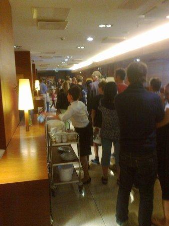 Tallink City Hotel: Breakfast : impressive queue