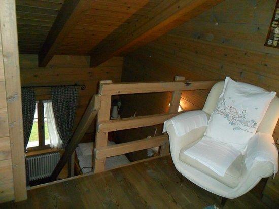 Hotel Baita Fiorita di Deborah Compagnoni: soppalco superiore con letto mtrimoniale