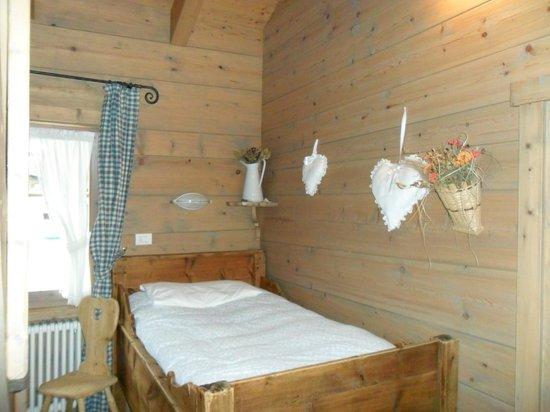 Hotel Baita Fiorita di Deborah Compagnoni: particolare della camera