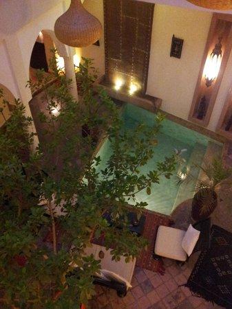 Riad Jardin des Reves: La zona común de piscina es muy relajante