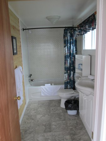 Whaling Station Cabins: Bathroom