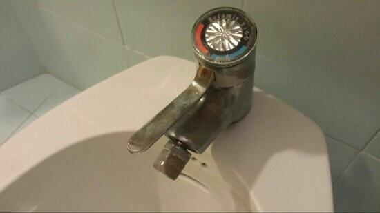 Hotel Touring & Internazionale : rubinetteria bagno stanza
