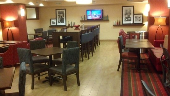 Hampton Inn Milwaukee Airport: breakfast/lounge area