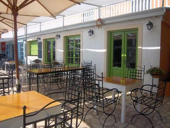 Hotel Benitses Arches: ristorante sotto l'hotel