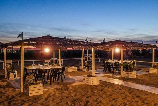 I gazebo sulla spiaggia per comitive numerose foto di - Bagno marechiaro viareggio ...