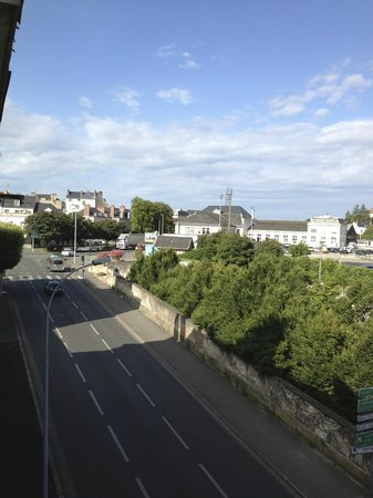 Hotel Anne De Bretagne: view to left (towards chateau)