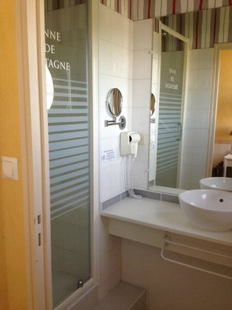 Hotel Anne De Bretagne: shower room