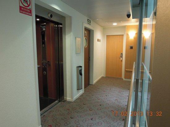 Ibis Barcelona Centro: pasillo ascensores