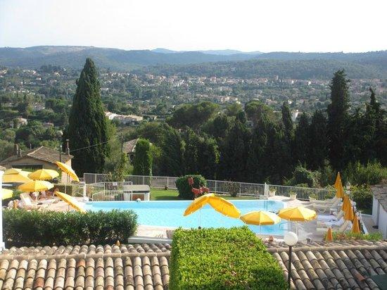 Le Hameau : La piscine offre une vue splendide sur la région de Saint-Paul de Vence.