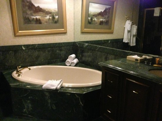 Suncoast Hotel and Casino : Suite bath tub