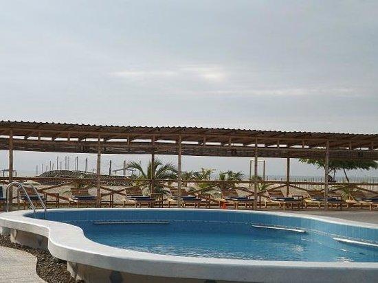 Hotel Versilia: Área de Playa y Piscina
