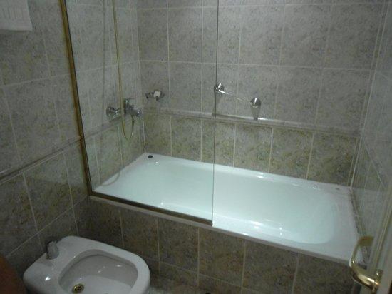 Amerian Buenos Aires Park Hotel: banheiro / parte da banheira