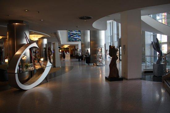 Maritim proArte Hotel Berlin: Recepção com peças de arte espostas