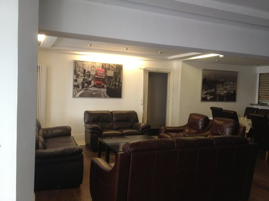 Woodfield Hotel : Living room to relax in is comfy