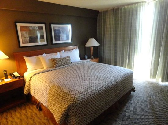 Embassy Suites by Hilton Oklahoma City Will Rogers Airport: Bedroom