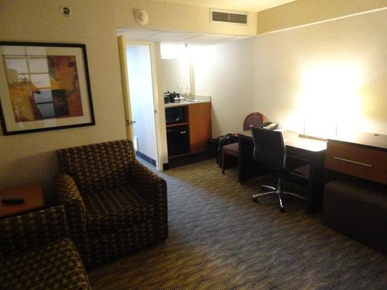 Embassy Suites by Hilton Oklahoma City Will Rogers Airport: Spacious lounge