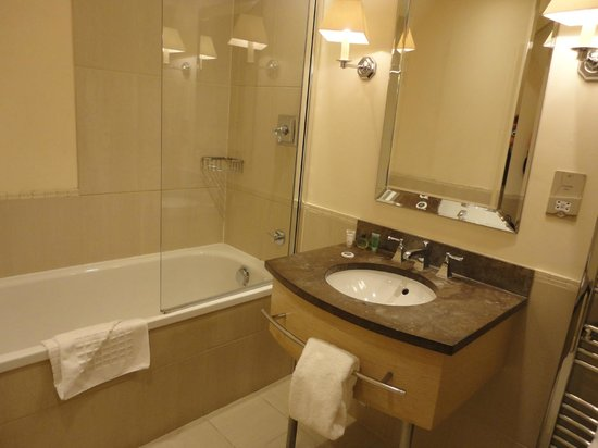 Tracy Park Golf & Country Hotel : Spacious and clean bathroom