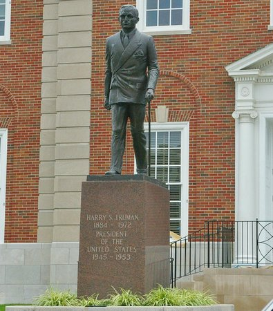 Harry S Truman National Historic Site: Statue of Trumean in front of Court House.