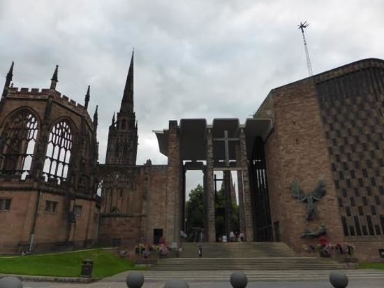 Premier Inn Coventry City Centre (Belgrade Plaza) Hotel: The bombed-out old cathedral and the new in Coventry