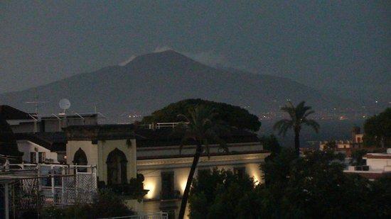 Hotel La Pergola: Везувий с террасы