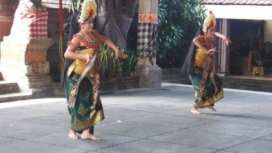 Barong & Kris Dance: danzatrici