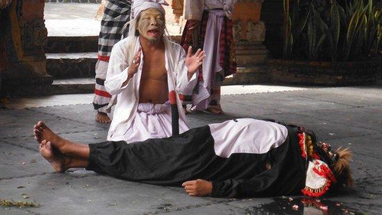 Barong & Kris Dance: un cattivo morto con coda in erezione