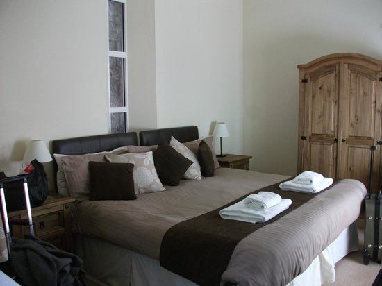 Glenmoriston Arms Hotel: King size bed