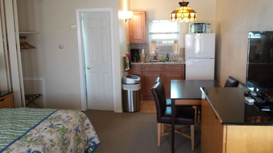 The Islander Motel: Kitchenette