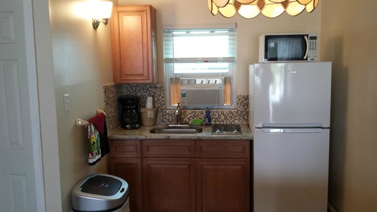 The Islander Motel: Kitchenette area