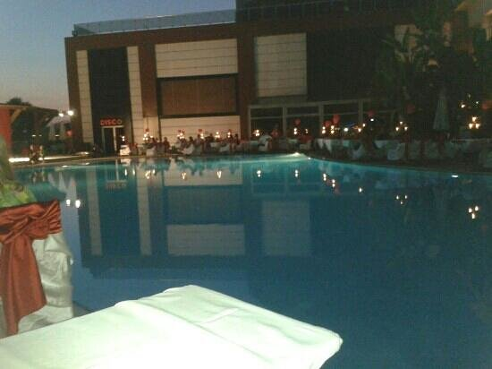 Saturn Palace Resort: gala night Round the pool