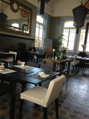 A Raposa: Dining room with nice paintings