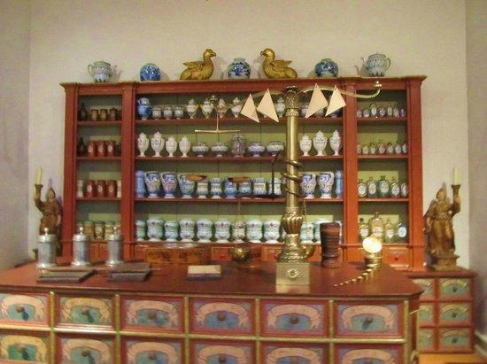 Schloss Johannisburg mit Schlossanlagen: An old chemist shop