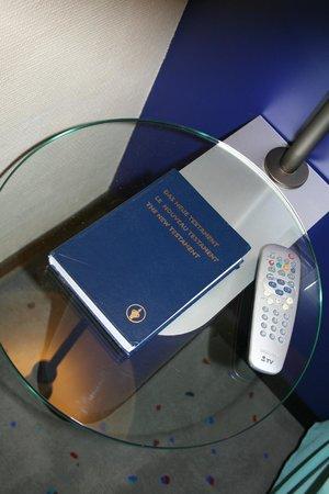 AZIMUT Hotel Berlin City South: Bibbia sul comodino