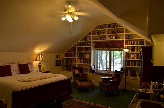 Rose Hill Manor: Library loft bedroom