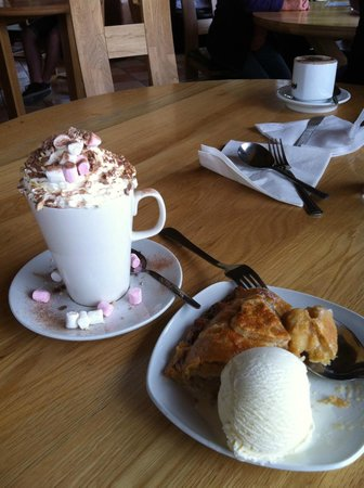 Castle Stalker View Cafe : apple pie with ice cream + hot chocolate deluxe
