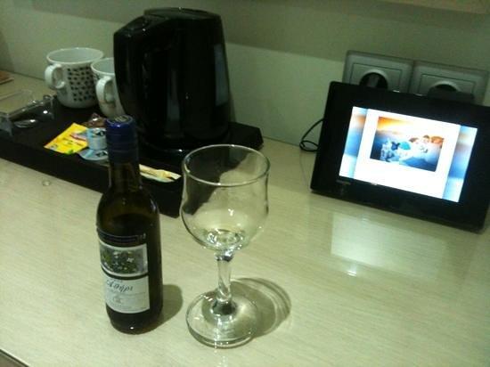 Phidias Hotel : Vin blanc frais offert à l'arrivée, et nécessaire à thé/café dans la chambre