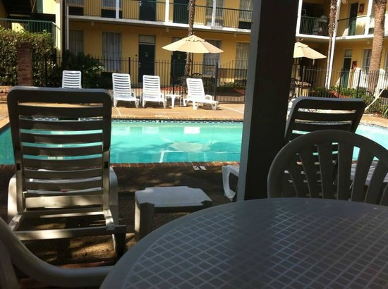 Maison St. Charles Hotel and Suites: view from under covered area at pool. Great for when you need shade!