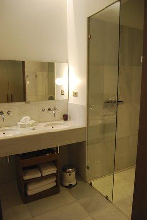 Alma Barcelona: bathroom