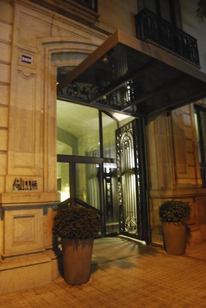 Alma Barcelona: outside of hotel at night