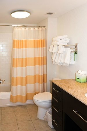 TownePlace Suites Providence North Kingstown: 417 Bathroom