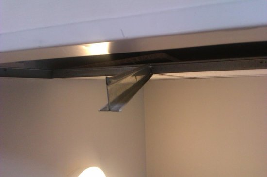 Travelodge St Austell Hotel: Sharp metal bar hanging down from false ceiling on landing stairway nearly cut my head open on i