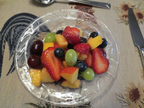 Whiffin Spit Lodge Bed and Breakfast: Morning fruit plate