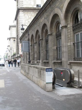 Hospitel-Hotel Dieu Paris: RER station right next to Hotel Dieu