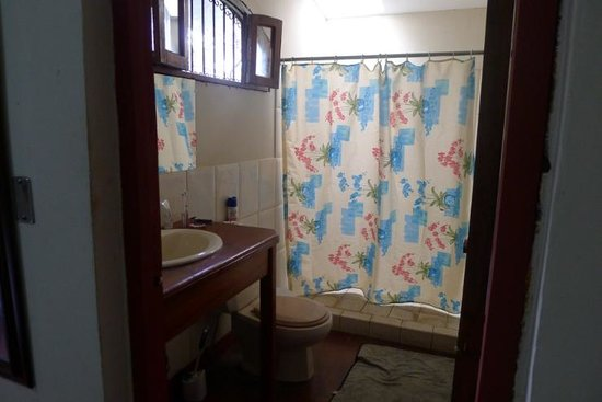 Hostal Calle de los Poetas: private bathroom