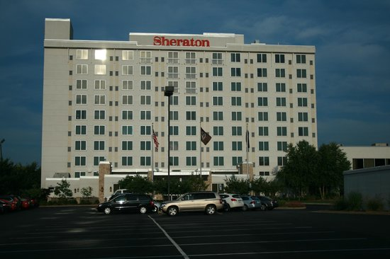 Sheraton Louisville Riverside Hotel : view of hotel from sidewalk at the end of the parking lot