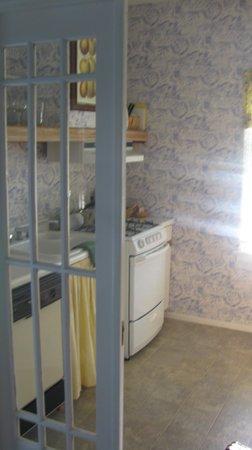 Ashland Creek Inn: Kitchen/into bedroom