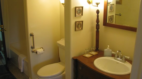 Ashland Creek Inn : well-appointed bath