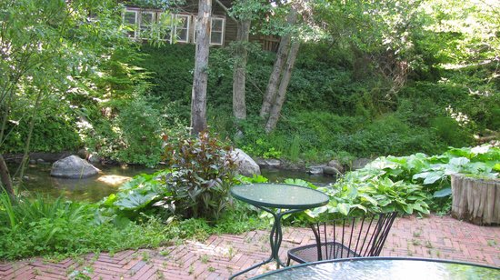 Ashland Creek Inn : Breakfast Patio/indoor avail in bad weather