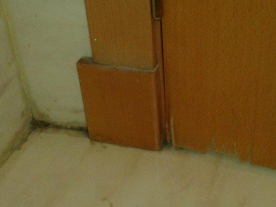 Tryp Ciudad de Elche Hotel: Rincones negros y puerta descascarillada